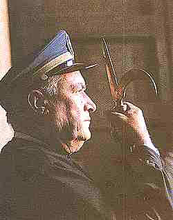 El alguacil porta un arpón dorado con dos púas, una de ellas curvada con la cual separaban y recogían las tablas de las ranuras de los partidores.
