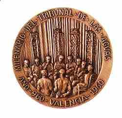 Anverso y reverso de la medalla conmemorativa del milenario del Tribunal de las Aguas entregada a S.M. Juan Carlos I en su primera visita a la ciudad en 1976.