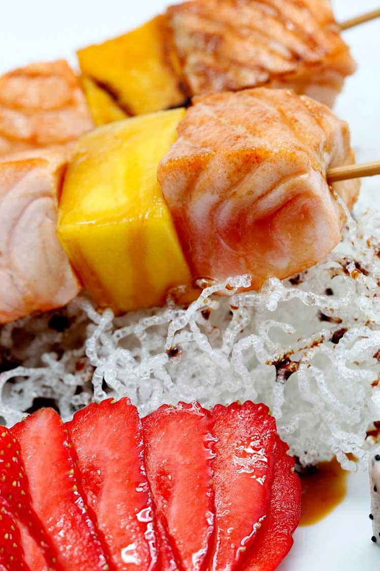 Brochetas-de-salmC3B3n-con-fruta_Restaurante-Tsunami_sqcommunication-95k