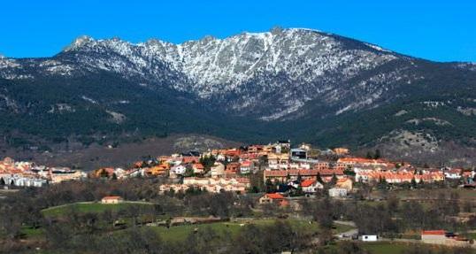 Cercedilla y Siete Picos al fondo (Sierra de Guadarrama)